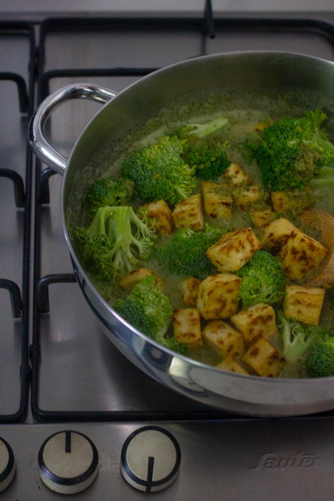 קארי ירוק עם ירקות ירוקים וטופו בחלב קוקוס