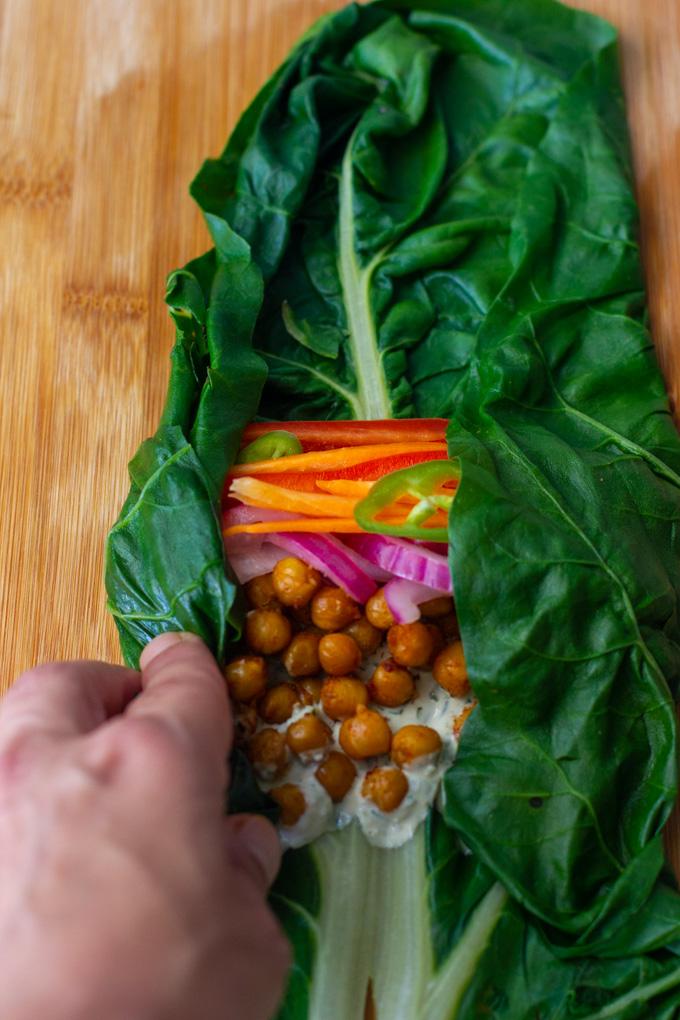 רול מנגולד עם ירקות וחומוס מתובל