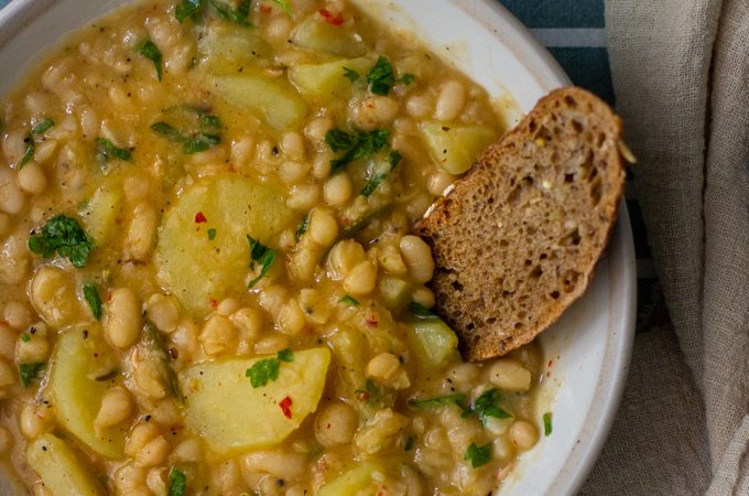 מרק שעועית לבנה ותפוחי אדמה ברוזמרין