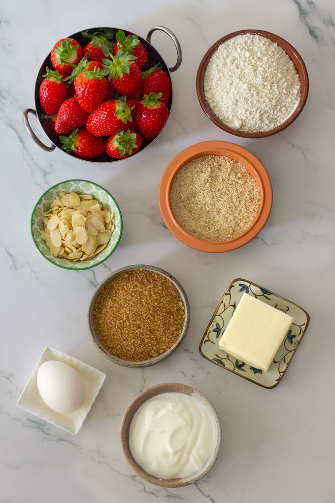 Strawberry cake with streusel