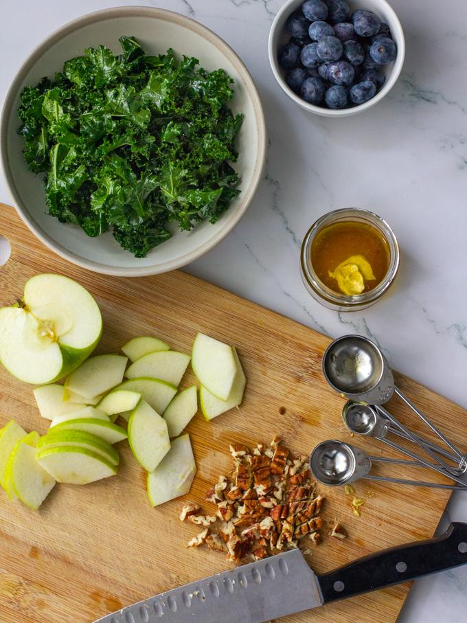 סלט קייל עם תפוחים ופקאן