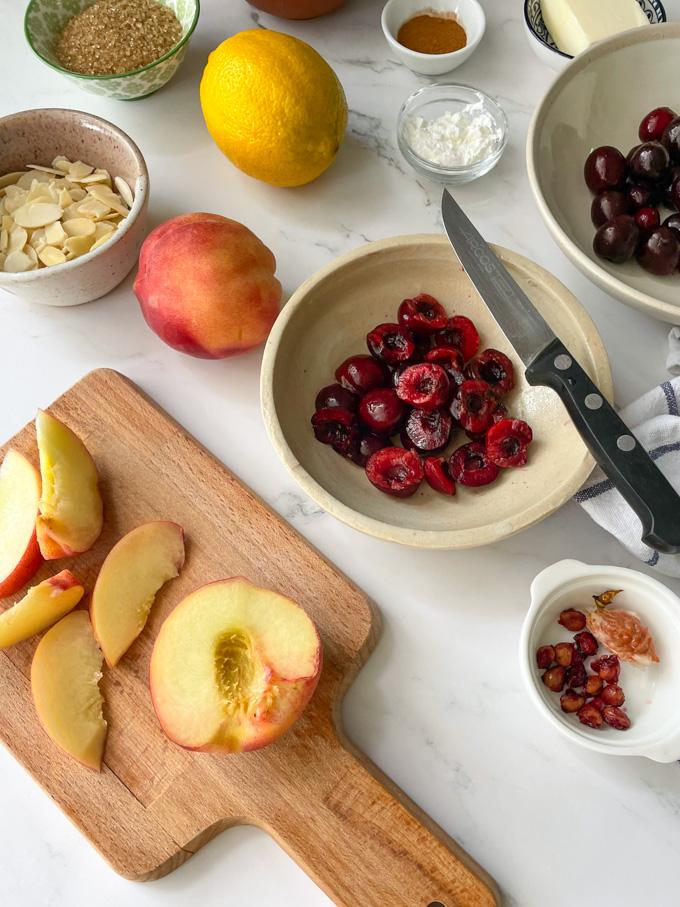 מאפה קראמבל של פירות קיץ